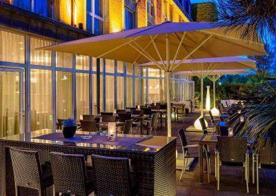 Terrasse-Abend-seitlich-Mercure-Hotel-Düsseldorf-Kaarst
