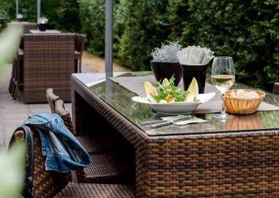 Terrasse-Tag-Hochtisch-mit-Lunch-Mercure-Hotel-Düsseldorf-Kaarst
